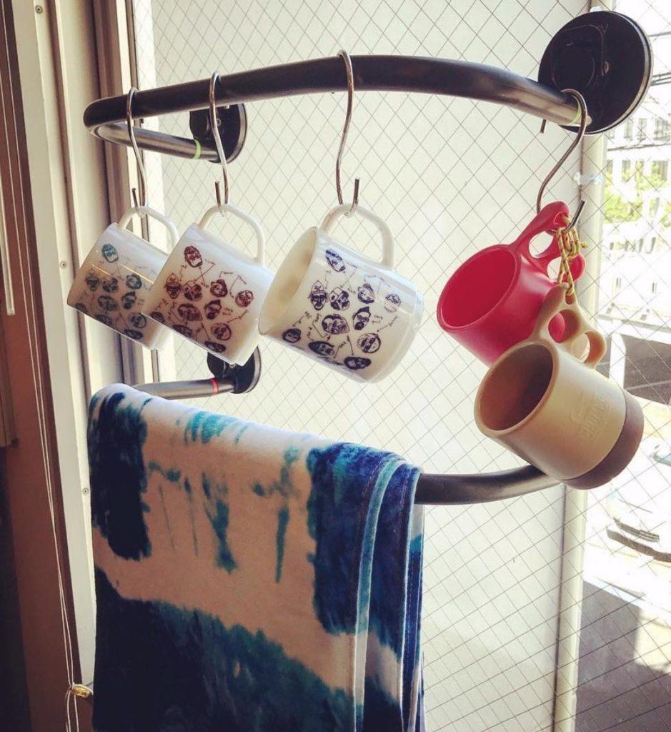 Mugs et serviettes suspendus sur support Godry Hanger ventousé sur une fenêtre.
